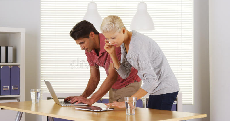努力工作在办公室的Businessteam 免版税库存照片
