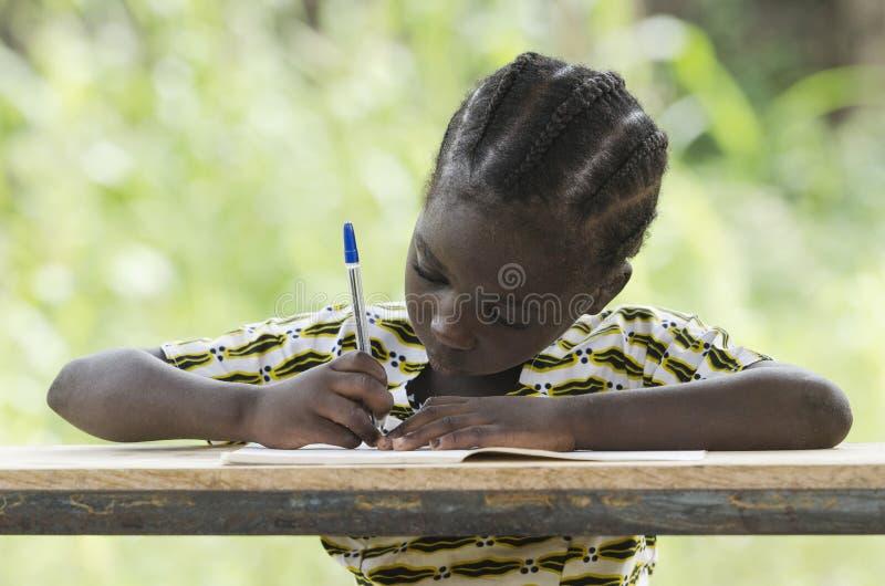 努力工作在学校-学会非洲的孩子和写 库存图片