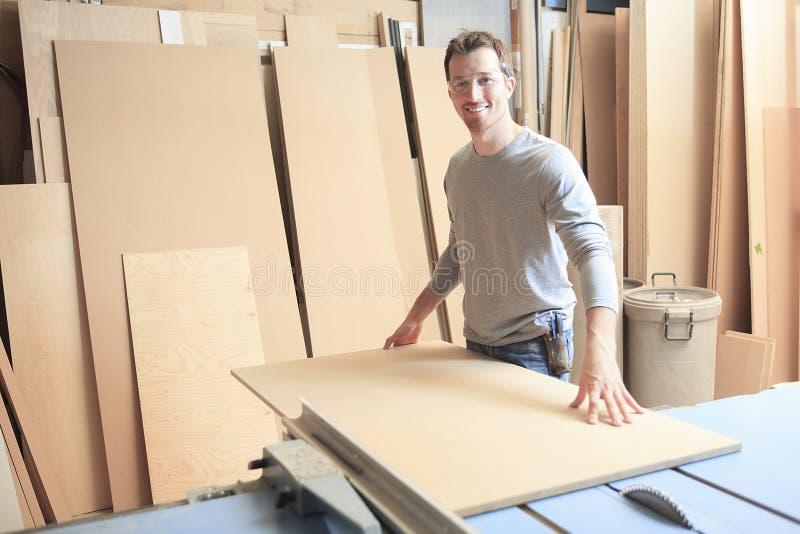 努力工作在车间的木匠 免版税库存图片