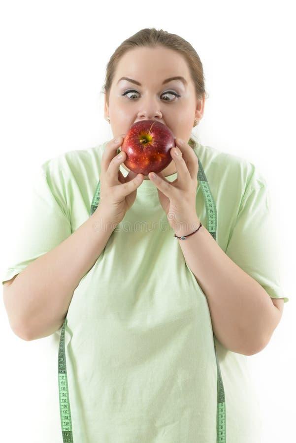 努力肥头大耳的妇女吃健康 免版税库存照片
