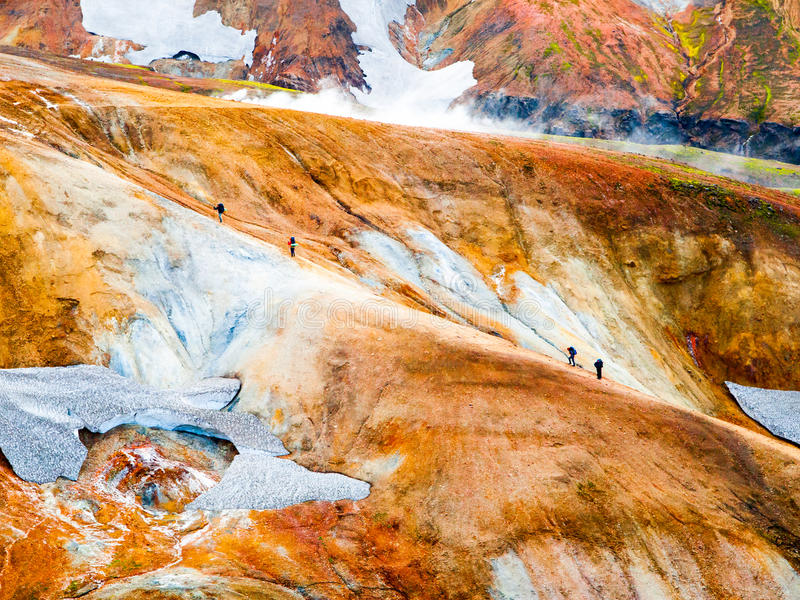 努力去做道路在Landmannalaugar, Laugavegur艰苦跋涉,冰岛的小组远足者 库存照片