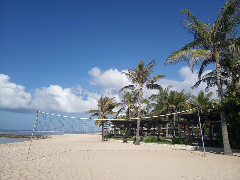 努沙杜瓦,印度尼西亚- 2019年5月26日:体育地区在丽兹-卡尔顿酒店旅馆有在天空蔚蓝下的美好的热带海滩视图 库存图片