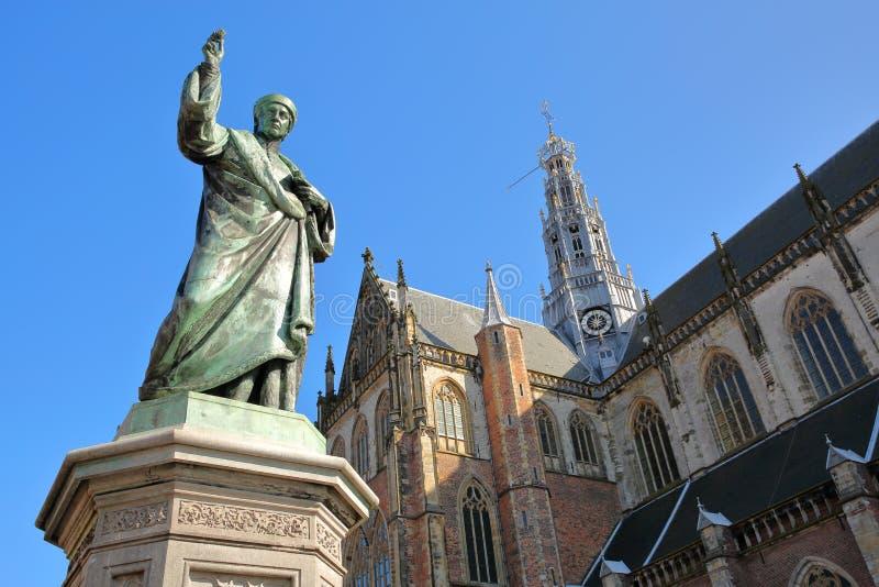 劳伦斯Janszoon高斯特雕象在1722年在bac中架设了与圣Bavokerk教会华丽和五颜六色的建筑学  免版税库存图片