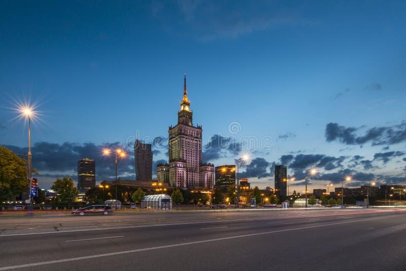 劳动人民文化宫在夜,华沙,波兰之前 库存图片