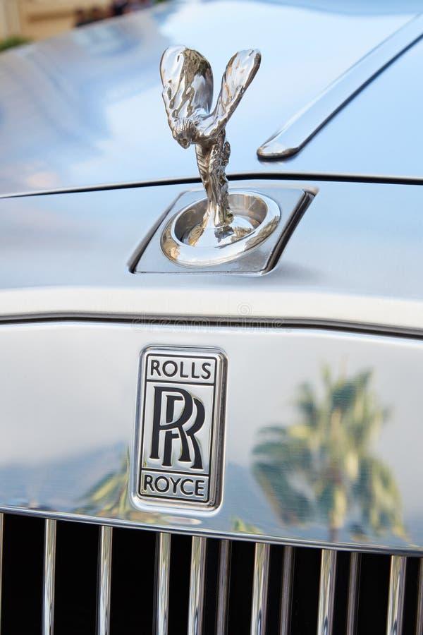 劳斯莱斯灰色豪华汽车和棕榈树反射在一个夏日在蒙特卡洛,摩纳哥 免版税库存图片