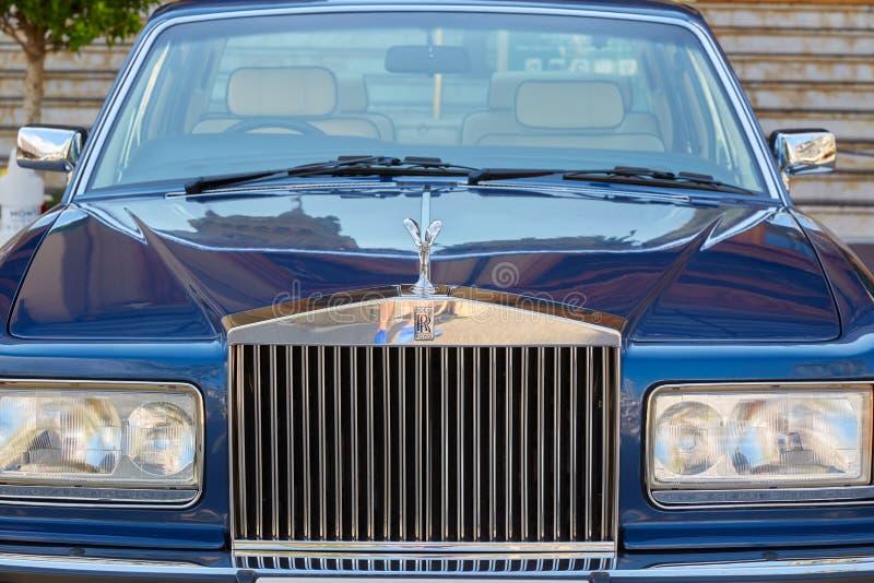 劳斯莱斯豪华蓝色汽车前面视图在一个夏日在蒙特卡洛,摩纳哥 图库摄影