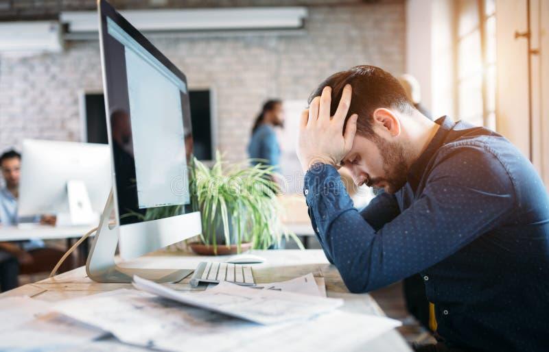 劳累过度的雇员画象在现代办公室 免版税图库摄影