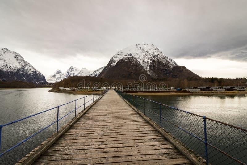 劳马, Romsdalen在挪威- 2017年4月, 19日:在劳马河的一个木桥带领Andalsnes野营,被找出 免版税库存照片