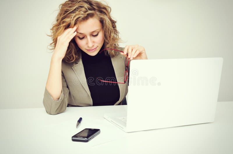 劳累过度的疲乏的女实业家 免版税库存图片