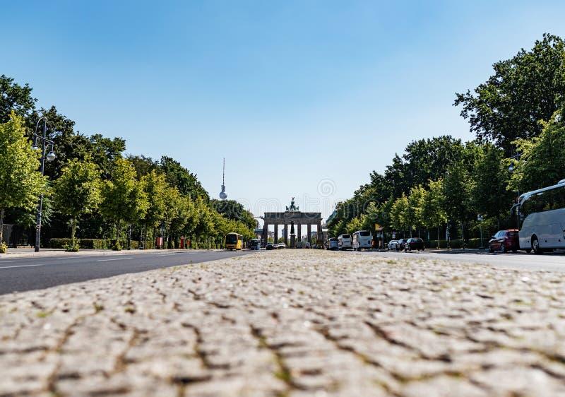 勃兰登堡门和6月17日街在柏林,德国在晴朗的夏日 库存图片