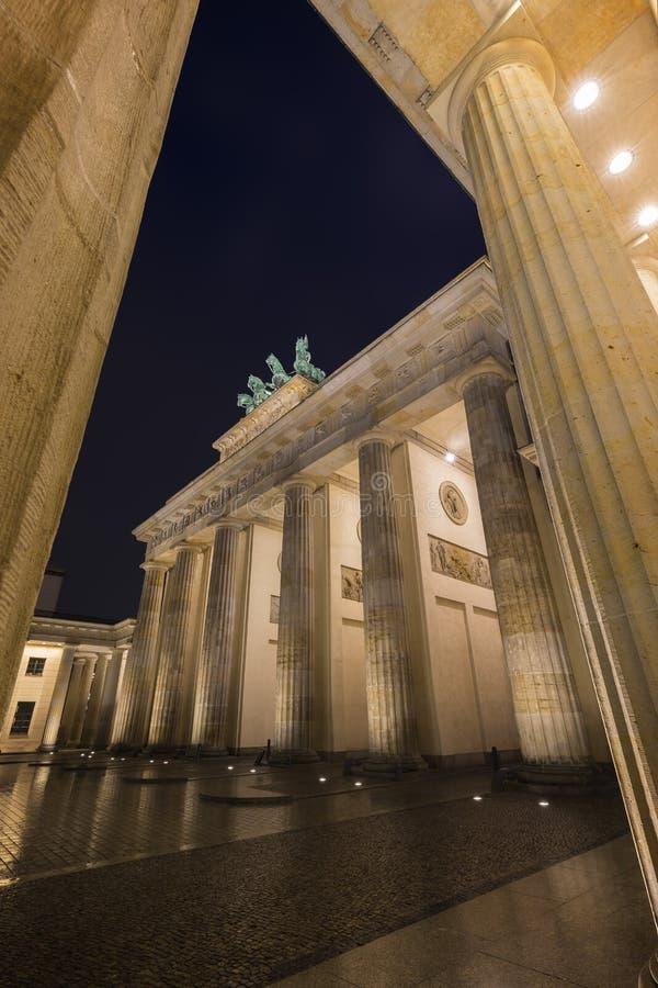 勃兰登堡门在柏林在晚上 免版税库存图片