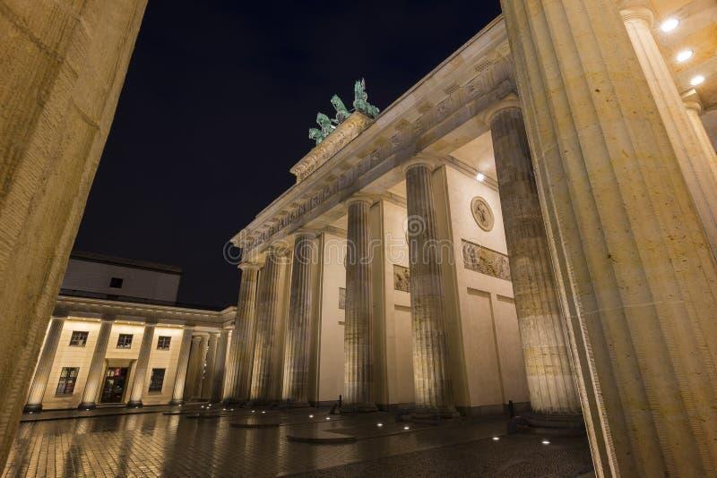 勃兰登堡门在柏林在晚上 免版税库存照片