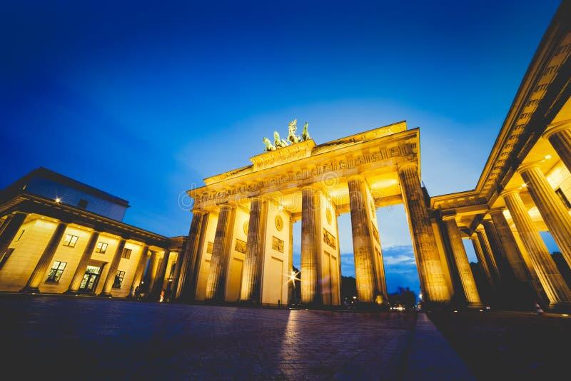 勃兰登堡门在柏林,德国在晚上 库存图片