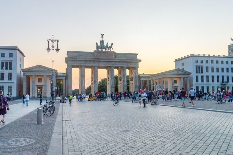 勃兰登堡门,观看从在东边的Pariser普拉茨在黄昏 图库摄影