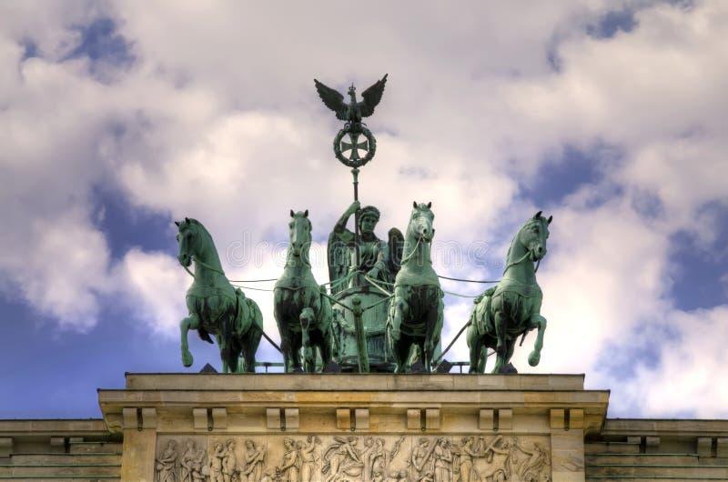 勃兰登堡门(Brandenburger突岩)在柏林,德国 在勃兰登堡门顶部的铜雕塑四马二轮战车 免版税库存照片