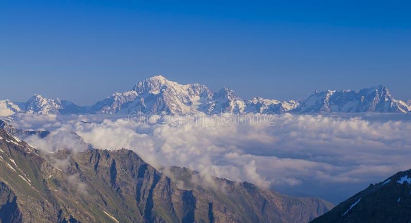 勃朗峰从瓦莱达奥斯塔的断层块视图 免版税图库摄影