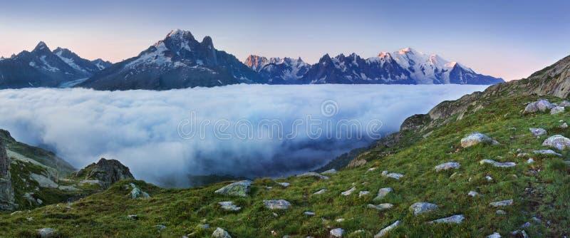 勃朗峰冰川的看法从紫胶布朗的 普遍的旅游景点 美丽如画和华美的山场面 免版税库存图片