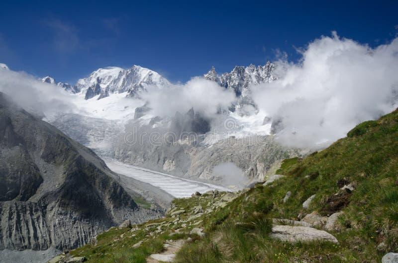 勃朗峰峰顶和梅尔de糖渍的冰川,法国阿尔卑斯 免版税图库摄影