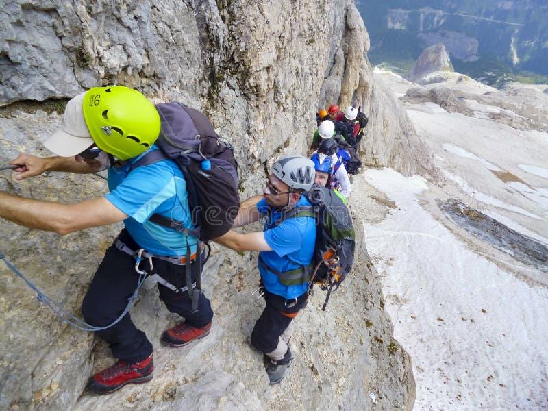 勃朗峰,到达山峰的山顶登山人 免版税库存照片