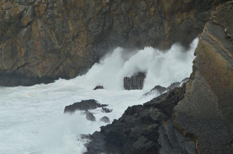 勇敢打破反对圣胡安De Gaztelugatxe Is偏僻寺院找出这里被摄制的王位比赛的岩石的波浪 杨梅 免版税库存图片