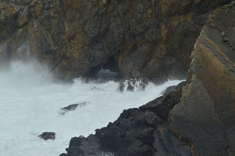 勇敢打破反对圣胡安De Gaztelugatxe Is偏僻寺院找出这里被摄制的王位比赛的岩石的波浪 杨梅 库存照片