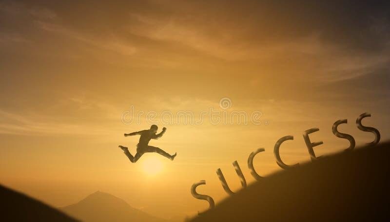 勇敢的人成功的概念,跳过太阳的剪影人 免版税库存图片