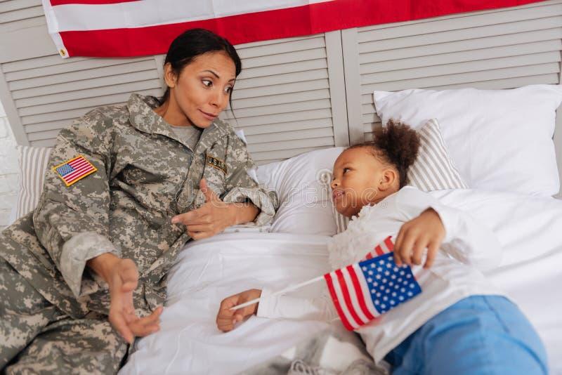 勇敢的惊人的母亲谈话与她的孩子 免版税库存照片