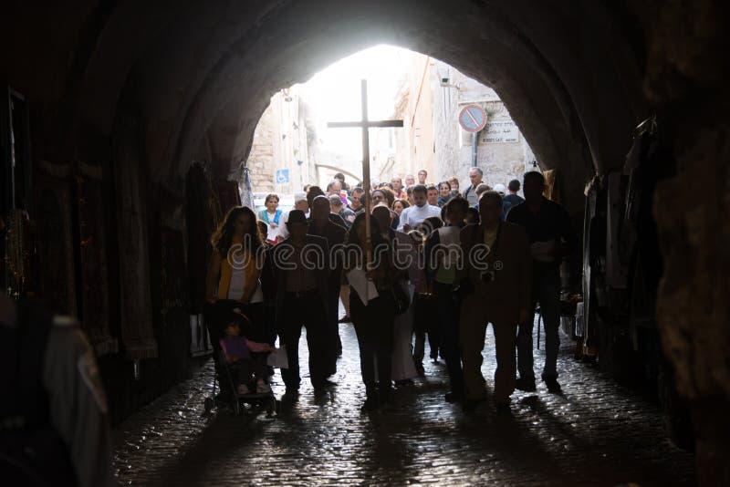 巴勒斯坦基督徒在耶路撒冷运载一个十字架 库存图片