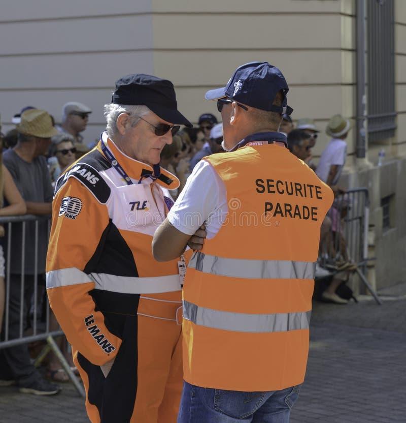 勒芒,法国- 2017年6月16日:一名治安警卫和一名飞行员赛跑在勒芒法国的飞行员游行的  免版税库存照片