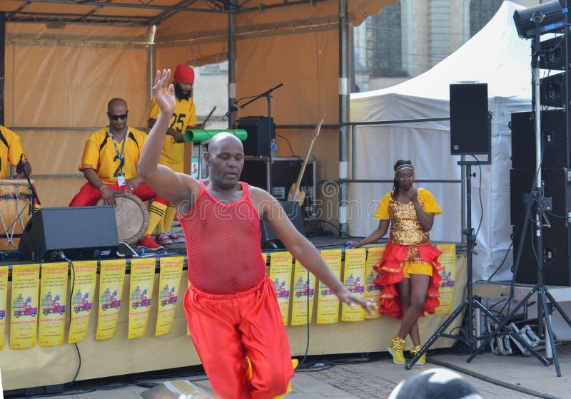 勒芒,法国- 2017年4月22日:节日欧洲爵士乐A人跳舞一个加勒比舞蹈 有服装和使用d的音乐家礼服 免版税库存照片