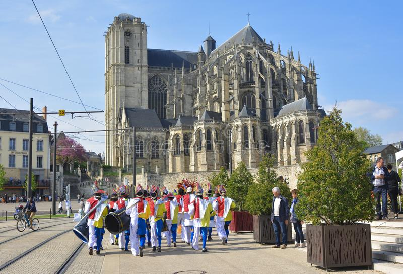 勒芒,法国- 2017年4月22日:节日欧洲跳舞在carribean服装的爵士乐人临近圣徒Julien a罗马大教堂  图库摄影