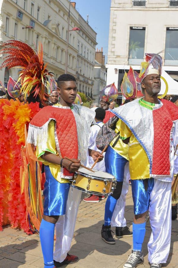 勒芒,法国- 2017年4月22日:节日Evropa五颜六色的服装的爵士乐人演奏在街道的鼓 免版税库存照片