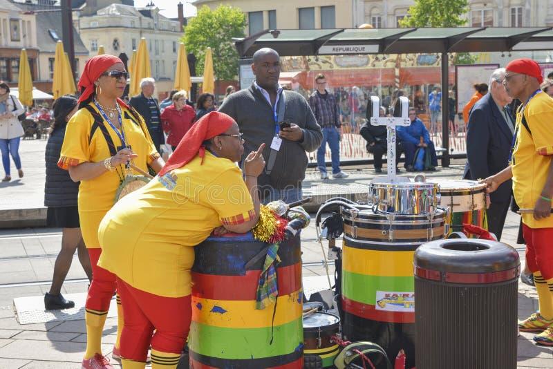 勒芒,法国- 2017年4月22日:节日Evropa扮演鼓和舞蹈家的爵士乐音乐家跳舞加勒比舞蹈 免版税库存照片