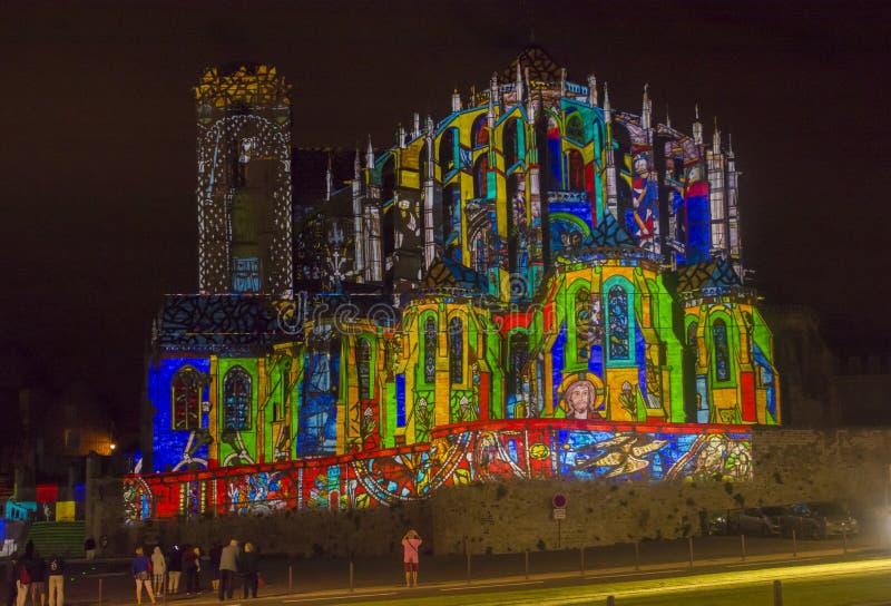 勒芒,法国- 2016年8月28日:虚构物夜照亮了在罗马和哥特式大教堂墙壁上的perfomance  库存照片