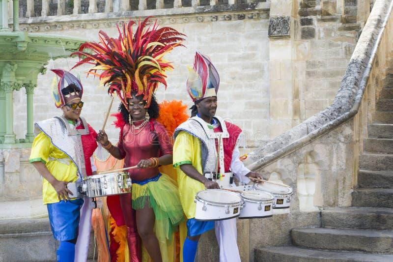 勒芒,法国- 2017年4月22日:节日欧洲加勒比服装的爵士乐演员播放勒芒法国鼓街市  库存照片