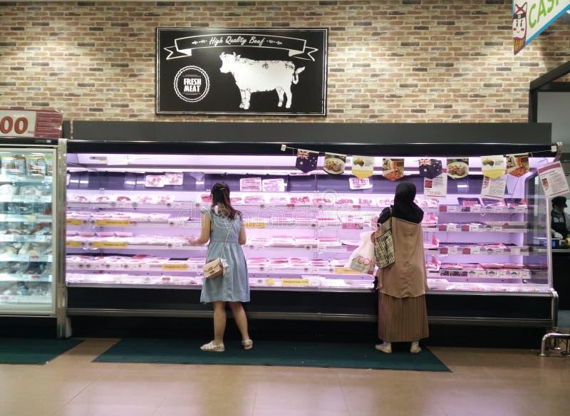 勿加泗,西爪哇省/印度尼西亚2019年3月10日:在超级市场的新鲜的肉 图库摄影