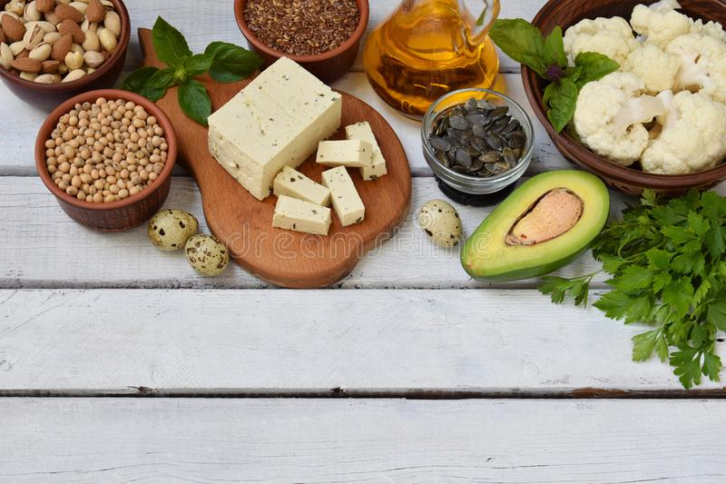 包含不饱和脂肪酸Ω 3的产品的构成-坚果,豆腐,鲕梨,鸡蛋,大豆,胡麻,南瓜籽, cau 库存图片
