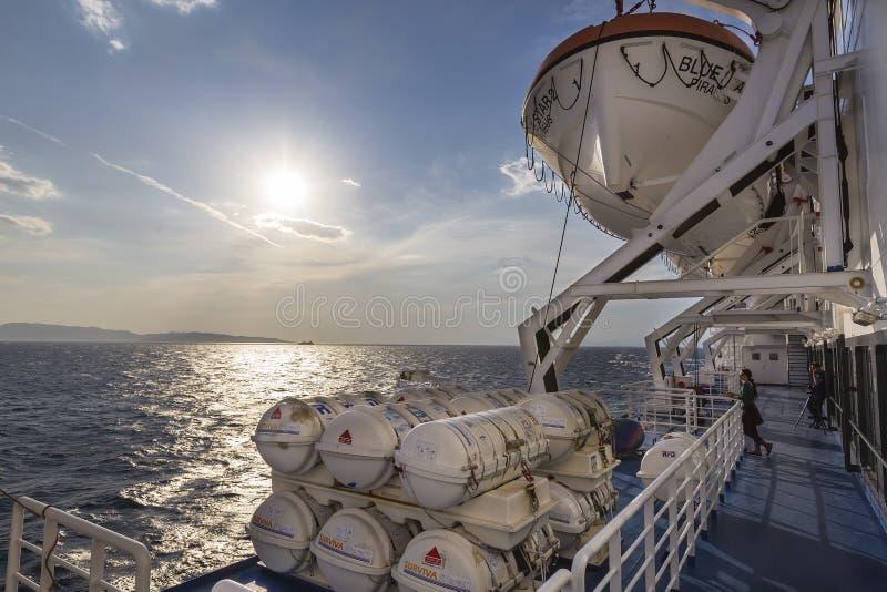 包含在船的桶紧急橡皮救生艇,在希腊 r 免版税图库摄影