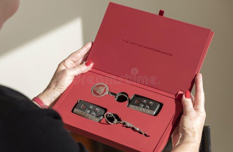 包含汽车钥匙和拍击声的红色赠送箱 图库摄影