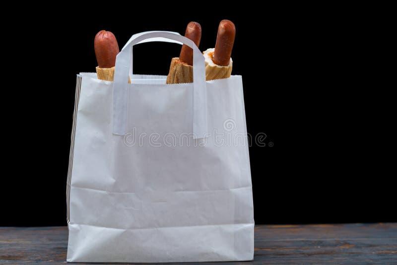 包含热狗的小白色袋子侧视图  库存图片