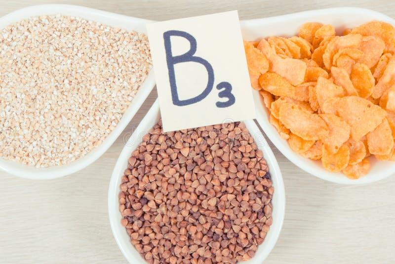 包含维生素B3和其他自然矿物,健康营养概念的滋补产品 库存照片