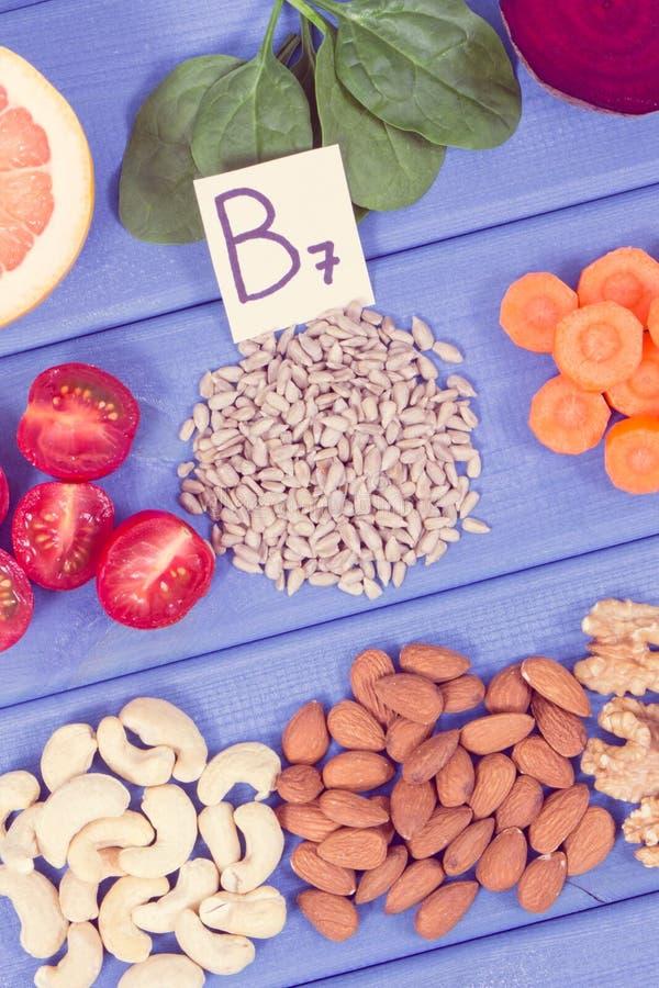包含维生素B7,自然矿物和纤维,健康营养的滋补不同的成份 库存图片