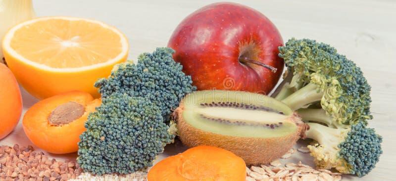 包含维生素B3,饮食纤维和矿物,健康吃概念的成份 免版税库存照片