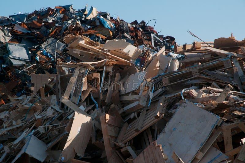 包含金属和木头与蓝天的垃圾堆在背景 免版税库存图片