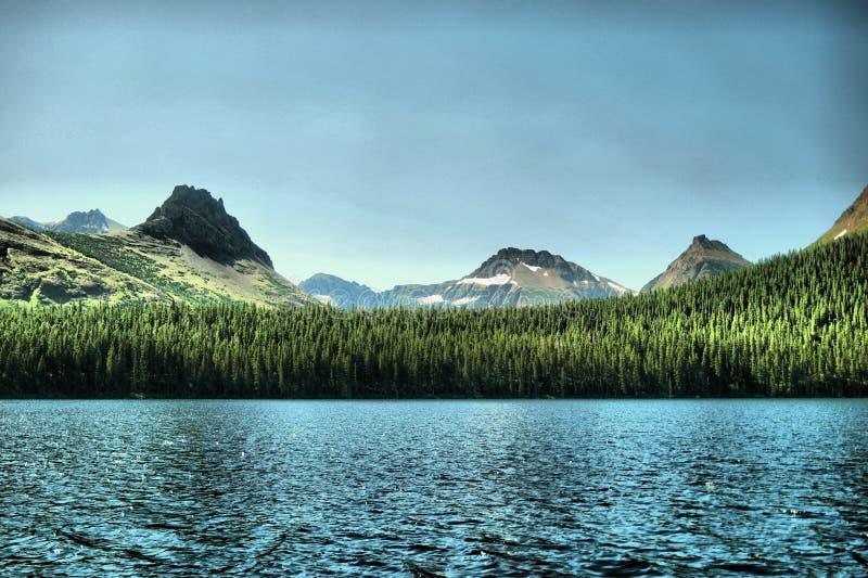 包围两Medicine湖的山 免版税库存图片