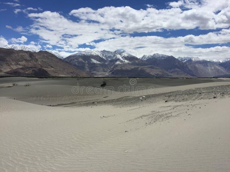 包围的沙漠山 免版税库存照片