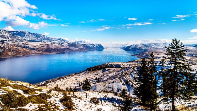 包围Kamloops湖的积雪的山在中央不列颠哥伦比亚省,加拿大 免版税库存照片