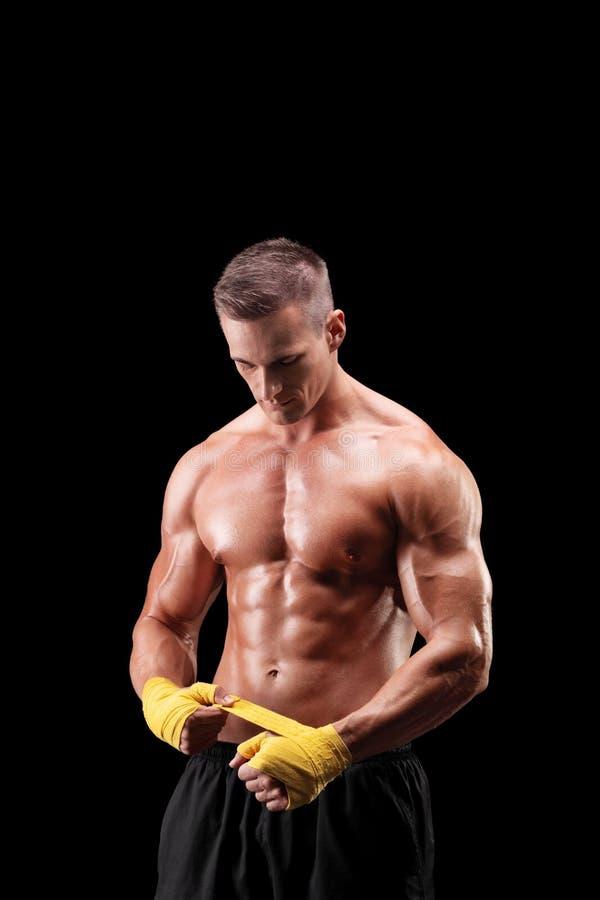 包扎他的手的英俊的拳击手 免版税图库摄影