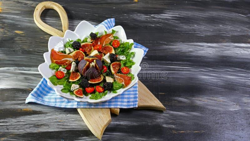 包括无花果、传统意大利意大和火箭沙拉的开胃菜 平的位置 顶视图 免版税图库摄影