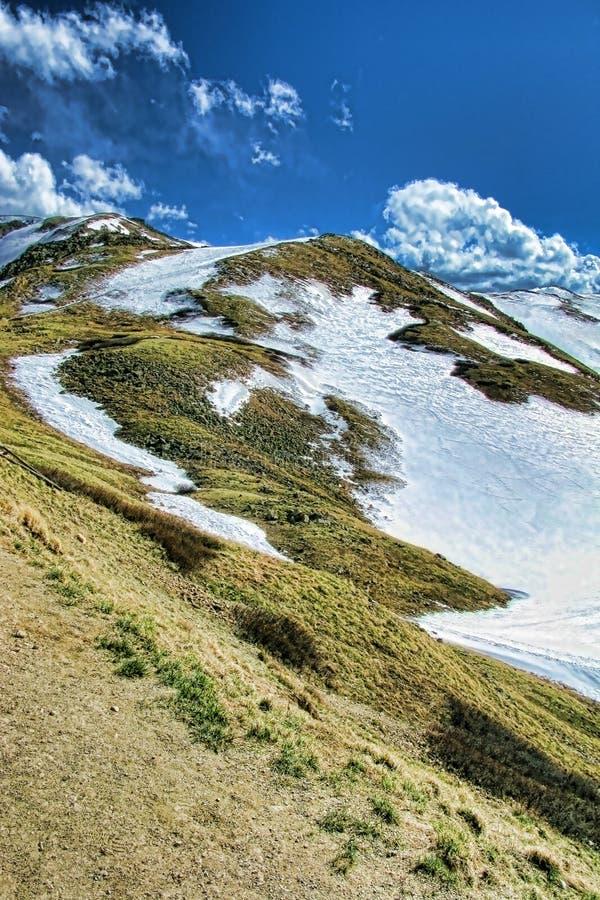 包括的山岩石倾斜雪山顶 免版税图库摄影